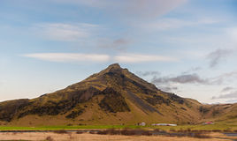 SKOGAFOSS, IJSLAND - OKTOBER 16, 2014: Landschap in IJsland met Aard, schapen en landbouwbedrijf Netto aan Skogafoss-Waterval royalty-vrije stock foto's