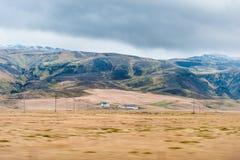 SKOGAFOSS, ISLANDA - 16 OTTOBRE 2014: Paesaggio in Islanda con il cielo di mattina ed il fabbricato agricolo solo Montagna nel fo Fotografia Stock
