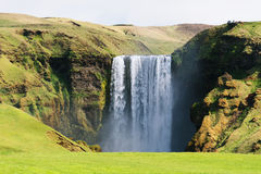 Skogafoss vattenfall i Island i sommar Arkivbilder