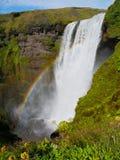 Skogafoss vattenfall med regnbågen arkivbilder