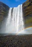 Skogafoss vattenfall med regnbågen i Island Arkivfoton