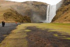 Skogafoss vattenfall och flod Arkivfoto
