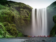 Skogafoss (Wasserfall), Island Stockbilder