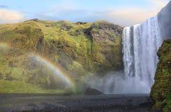 Skogafoss-Wasserfall mit Regenbogen in Island Stockfotografie