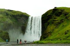 Skogafoss-Wasserfall mit Touristen stockfoto