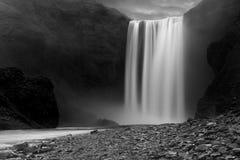 Skogafoss Wasserfall nachts lizenzfreie stockbilder