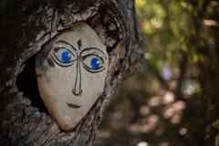 Skogande som visas på de hållande ögonen på träden för sten Stock Illustrationer