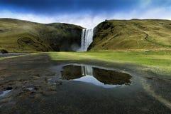 skogar sydlig vattenfall för iceland skogafoss fotografering för bildbyråer