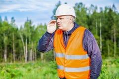 Skogarbetare som skriker i träna Arkivfoto