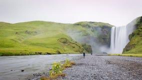 Skogarfoss sind sehr große Wasserfälle in Island lizenzfreies stockfoto