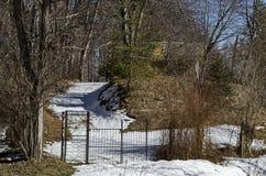 Skoghus eller koja i liten gård på vintertid i det Vitosha berget arkivfoto
