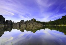 Skogig sjö Royaltyfri Bild