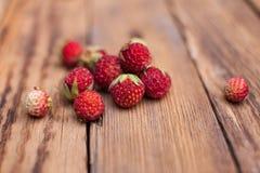 Skogjordgubbar på en trätabell Royaltyfri Foto