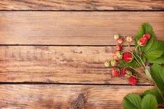 Skogjordgubbar på en trätabell Royaltyfri Bild