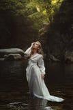 Skogjungfru i mystiskt vatten arkivbilder