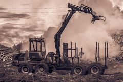 Skogklipp, bränna av skogavfalls Rök och brand, traktor n Arkivbilder