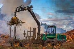 Skogklipp, bränna av skogavfalls Rök och brand, traktor n Arkivbild