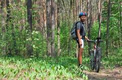 skogman som plattforer ung Royaltyfri Foto