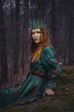 Skognymf i grön klänning Arkivfoton