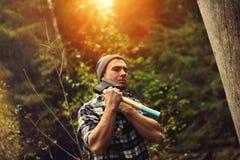 Skogsarbetare som poserar med yxa Royaltyfri Fotografi