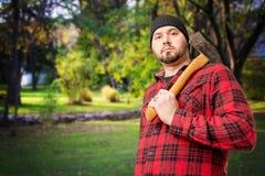 Skogsarbetare Woodsman på kanten av skogen royaltyfri foto