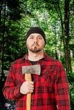 Skogsarbetare Woodsman Posing med yxan arkivbilder