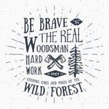 Skogsarbetaretappningetikett med två yxor och träd Hand dragen texturerad grungetappningetikett, retro emblem eller T-tröjatypogr Arkivbilder