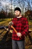 SkogsarbetareWoodsman Checking Axe skärpa royaltyfri bild
