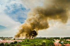 Skogsbränder i staden på en varm oversupply Brandman som hjälps att skynda för att förhindra brandspridning till byn Royaltyfria Bilder