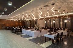Skogsmarkhotell - matsal i ett hotell royaltyfria foton