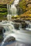 Skogsmarkvattenfall med små kaskader Royaltyfri Fotografi