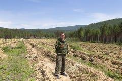Skogvaktarefokusar på terräng genom att använda GPS Royaltyfria Bilder
