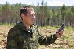 Skogvaktarefokusar på terräng genom att använda GPS Royaltyfri Foto