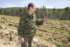 Skogvaktarefokusar på terräng genom att använda GPS Fotografering för Bildbyråer