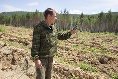 Skogvaktarefokusar på terräng genom att använda GPS Royaltyfri Bild