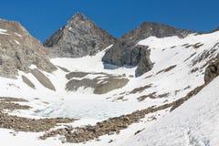 Skogvaktaren passerar, toppig bergskedja Nevada royaltyfria bilder