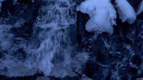 Skogvattenfall i vinter lager videofilmer