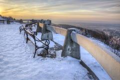 Skojat - bänk på uteplatsen som förbiser vinterlandskapet Liberec Bohemia, Tjeckien Härlig solig dag Royaltyfria Bilder