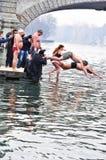 Skok do wody niedźwiedź polarny w rzekę Po, Turyn, Włochy. Obraz Stock