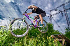 Skok i komarnica na rowerze górskim Obrazy Royalty Free