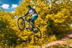 Skok i komarnica na rowerze górskim Obraz Royalty Free