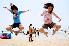 Skok na plaży Zdjęcia Royalty Free