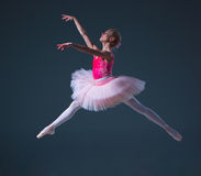 Skok piękny żeński baletniczy tancerz obraz royalty free