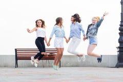 Skok up dla radości Najlepsi przyjaciele zabawę w parku obraz stock