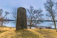 Skokloster Sverige - April 1, 2017: Viking Runestone nära Skoklo royaltyfri fotografi