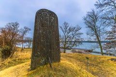 Skokloster Sverige - April 1, 2017: Viking Runestone nära Skoklo arkivbild