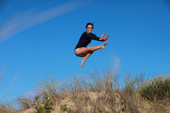 Skokowa acrobatical gimnastyczka Obrazy Royalty Free