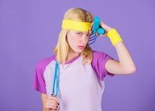 Skokowa arkana jest wielkiej kalorii palnikiem Dziewczyna chwyta skokowej arkany odzie?y jaskrawi wristbands Kobieta ?wiczy z sko obraz stock