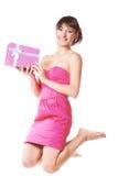 Skokowa młoda kobieta bierze prezenta pudełko Obrazy Stock