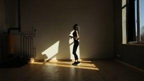 Skokowa sportowa kobieta w studiu koncepcja kulowego fitness pilates złagodzenie fizycznej zbiory